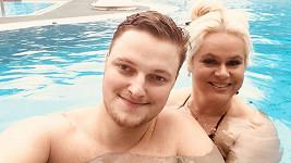 Monika Štiková s přítelem Petrem v bazénu
