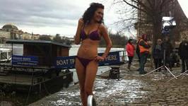 Jana Doleželová je profesionálka a tak tak se do plavek svlékne klidně i v prosinci.