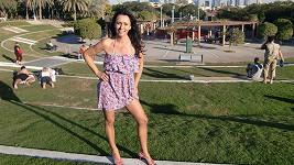 Heidi vystavuje svou luxusní postavičku slunci v Dubaji.