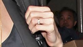 Detail prstenu Angeliny Jolie.