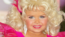 Maddy jako country zpěvačka Dolly Parton.