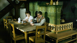 Vlastimil Brodský a Jiřina Bohdalová ve filmu Smích se lepí na paty z roku 1986