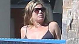 Jennifer Aniston pracuje na svém opálení v Mexiku.