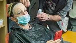 Marta Jandová v maskérně s rouškou