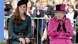 Kate dostává lekce 'královského chování' od té nejpovolanější...