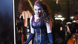 Elis Ochmanová vystupovala v sexy kostýmu.