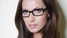 Eliška Bučková už si vážně koupila přídavný mozek ajťačky - módní brýle.