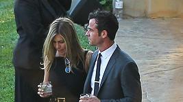 Jennifer Aniston a Justin Theroux přišli okouknout, jakou svatbu vystrojil jejich kamarád Jimmy Kimmel.