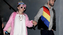 Liam Hemsworth nakonec svou milou za ruku vzal a odvedl ji na oslavu.