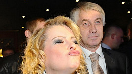 Iveta Bartošová s kamarádem Josefem Rychtářem.