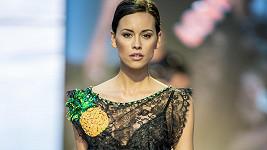 Modelka Kateřina Votavová se zamilovala do tohoto odvážného modelu. Po přehlídce si ho koupila.