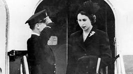 Královna Alžběta II. při návratu do Británie z cest po Africe