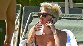 Miley u hotelového bazénu.