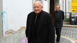 Zdeněk Srstka se smuteční kyticí.