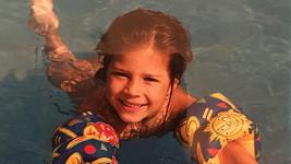 Eva v dobách, kdy se učila plavat.
