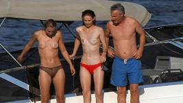 Eddie Irvine vypnul na širé moře rovnou se dvěma dívkami.