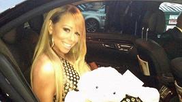 Mariah Carey odjíždí uložit svá dvojčátka k spánku.