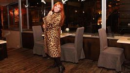 Marcela Holanová v leopardím plášti z třicátých let....