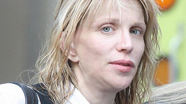 Courtney Love má problémy.