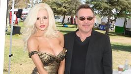 Courtney Stodden se po devíti letech a několika marných pokusech rozvedla s Dougem Hutchisonem.