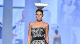 Šaty, podle nichž model vznikl, oblékla na přehlídce Nikol Švantnerová.