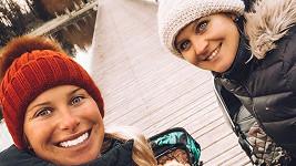 Andrea Sestini Hlaváčková a Lucie Šafářová na procházce s kočárky