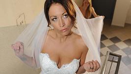 Agáta Prachařová ve svatebkách s mocným dekoltem. Více ve fotogalerii.
