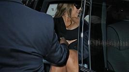 Mariah Carey neopatrně vystupovala z vozu.