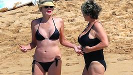 Sharon si může dovolit minimalistické bikiny.