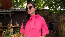 Jitka Čvančarová zvolila sytě růžové šaty.