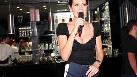 Minulý víkend moderovala Jana dvě akce ve Špindlerově Mlýně. Levou ruku jí zdobil zásnubní prstýnek.