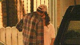 Mila Kunis a Ashton Kutcher před restaurací.