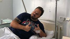 Zpěvák musel před přenosem do nemocnice.