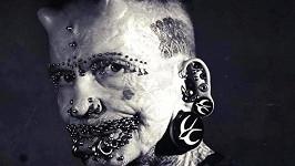Němec Rolf Bucholz (54) je držitelem světového rekordu v počtu piercingů, které má implantovány v kůži.