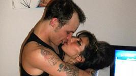 Amy Winehouse s Blakem Fielderem v době, kdy byli šťastní.