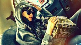 Rihanna svým fanouškům poslala fotku z taxíku, jímž od rána jezdila po Londýně.