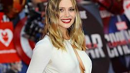 Elizabeth Olsen na premiéře filmu Captain America: Občanská válka.