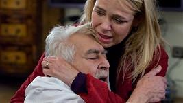 Tohle bude jedna z nejdojemnějších scén Dagmar Havlové v roli doktorky Foldýnové. V objetí s Iljou Rackem.