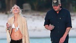 Gwen Stefani a Blake Shelton se na pláži dobře bavili.