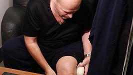 V koleni má po operaci jen dvě dírky.