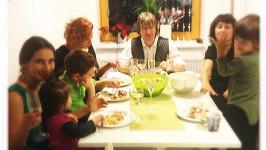 Tak velká rodina se u stolu hned tak nevidí.