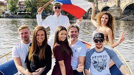 Jaromír Jágr se svojí Dominikou a přáteli