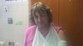 Dan Dobiáš si zlomil ruku.
