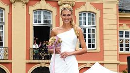 Průšová opět ve svatebním na zámku.