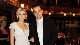 Snoubenci v plné parádě na Plese v Opeře.