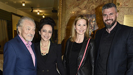 Karel Gott s Lucií Bílou, manželkou Ivanou a partnerem Lucky Bílé Radkem
