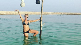 Lucie Hunčárová zdraví u dovolené v Ománu.