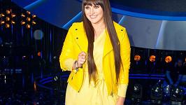 Ewiny šaty připomínají spíše župan a ta žlutá bundička to teda vůbec nevylepšila.