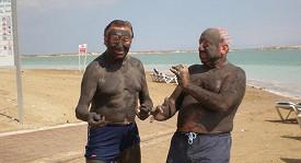 Pánové si na břehu Mrtvého moře vyzkoušeli účinky léčivého bahna.