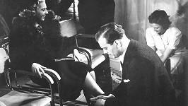 Karel Höger poprvé před kamerou. v roce 1938 si v reklamním filmu střihnul roli prodavače bot.